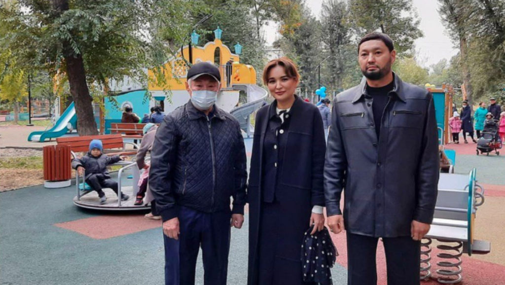Асель Тасмагамбетова и Кенес Ракишев на открытии новой игровой детской площадке в Таразе.